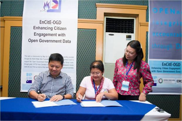 Step Up Consulting Services, represented by managing consultant Michael Cañares, signs the MOU with the CSO Participatory Research, Organization of Communities and Education towards Struggle for Self-reliance (PROCESS) - Bohol, Inc. represented by PROCESS-Bohol Executive Director Ms. Emilia M. Roslinda. This happened during the Introductory Training Workshop on Open Data for CSOs in Bohol.